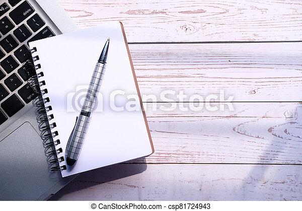 penna, blocco note, spazio, laptop aperto, copia - csp81724943