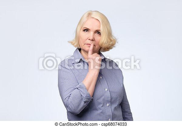 pensamento mulher, criar, mente, smirking, plano, sênior, tentando - csp68074033