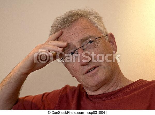 Hombre mayor pensando - csp0310041