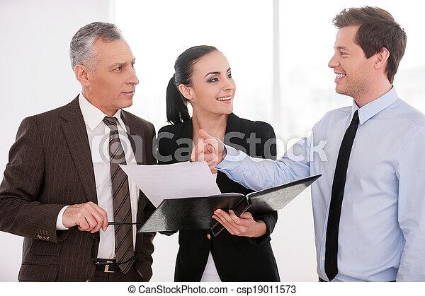 pensare, buono, persone affari, deal., esso, fiducioso, mentre, donna, tre, presa a terra, discutere, documenti, qualcosa - csp19011573