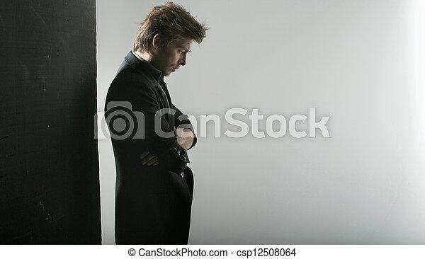 pensativo, guapo, tipo, mirar fijamente, piso - csp12508064