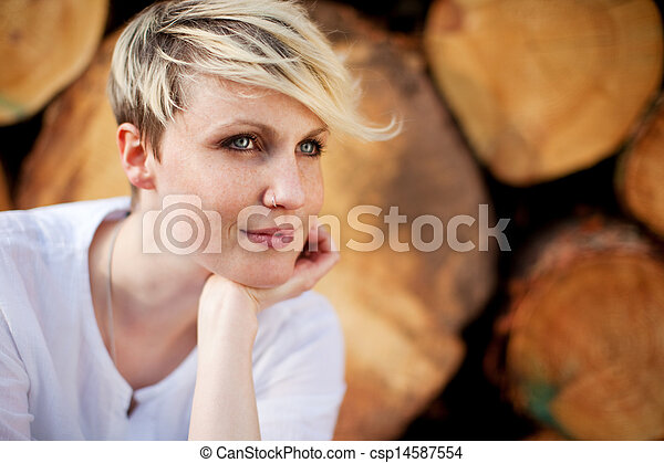 pensieroso, donna, giovane, contro, registrare - csp14587554