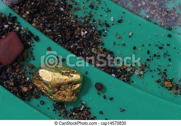 Nugget de oro en riffles de oro - csp14570830