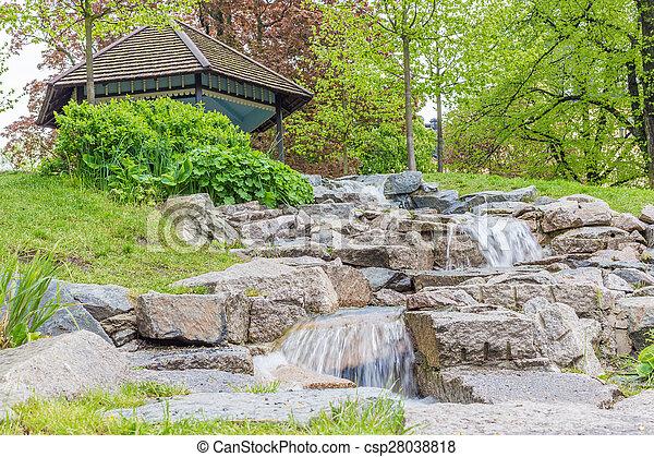 Una pequeña cascada cerca de un cenador - csp28038818