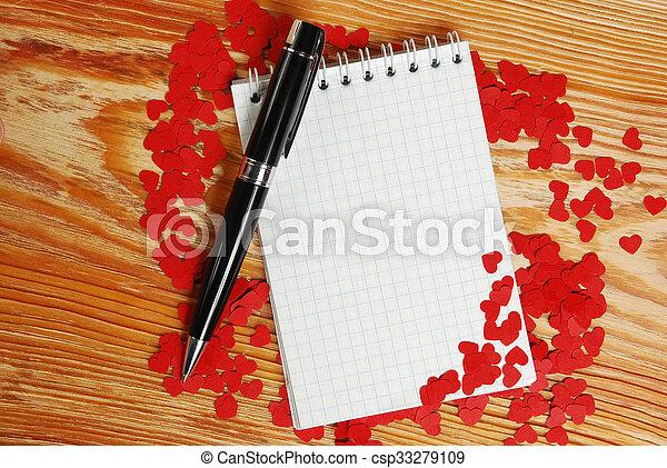 Un cuaderno con corazones rojos pequeños - csp33279109