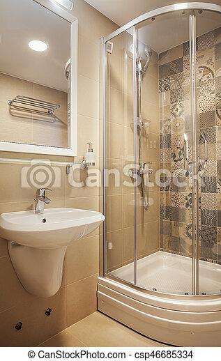 Un baño pequeño y moderno. Interior de un pequeño baño de ...