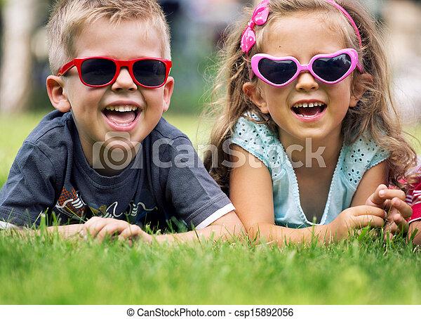 pequeño, lindo, niños, gafas de sol, imaginación - csp15892056