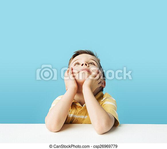 pequeño, niño, techo, pensativo, mirar fijamente - csp26969779