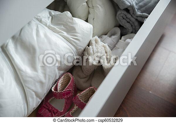 Un armario con ropa pequeña para niños - csp60532829