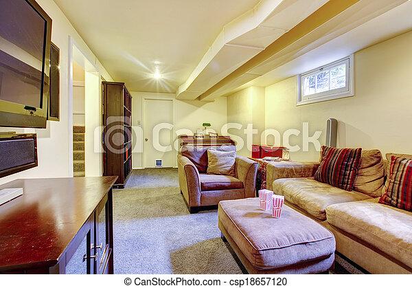 Una sala acogedora con una pequeña ventana - csp18657120