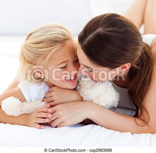 pequeno, dela, cama, falando, feliz, mãe, menina, mentindo - csp2983998
