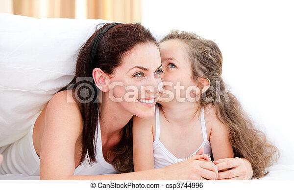 pequeno, dela, mãe, beijando, menina, adorável - csp3744996