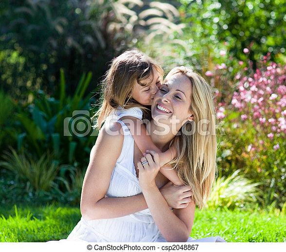 pequeno, dela, parque, mãe, beijando, menina - csp2048867