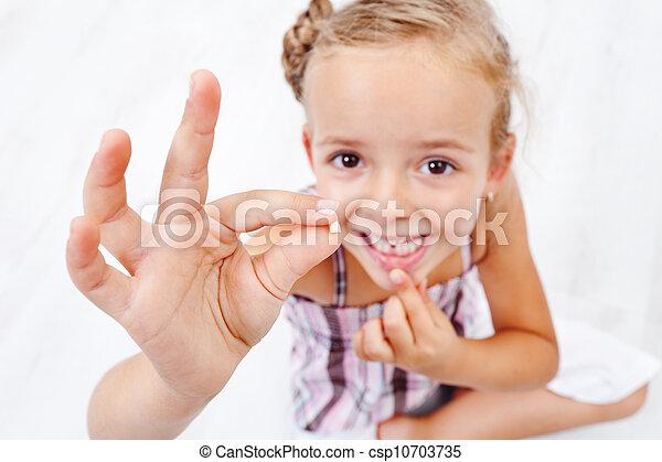 pequeno, milk-tooth, menina, primeiro, caído, saída - csp10703735