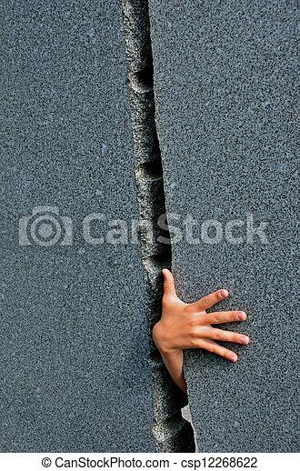 Percée Childrens Atteindre Mur Trouée Par Main
