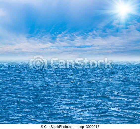 Cielo perfecto y agua del océano - csp13029217