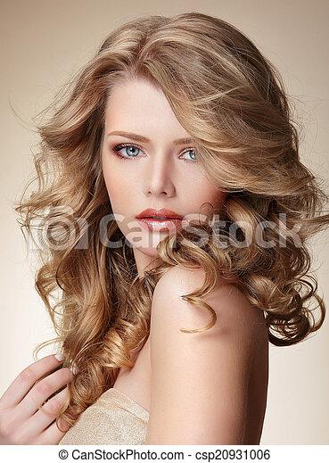 Mujer sofisticada con piel perfecta y cabello rubio rubio y saludable - csp20931006