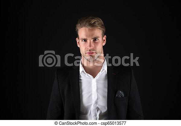 Pistas de peluquería. Hombre de negocios bien preparado chico de fondo oscuro. Gente de negocios peinado. Cara de hombre de negocios. Con estilo y apariencia moderna. Bien preparado macho. Estilo perfecto - csp65013577
