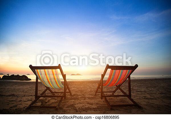 perfeitos, concept., loungers, férias, costa, desertado, mar, par, amanhecer, praia - csp16806895