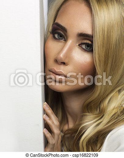 Portrait einer perfekten weiblichen Schönheit - csp16822109
