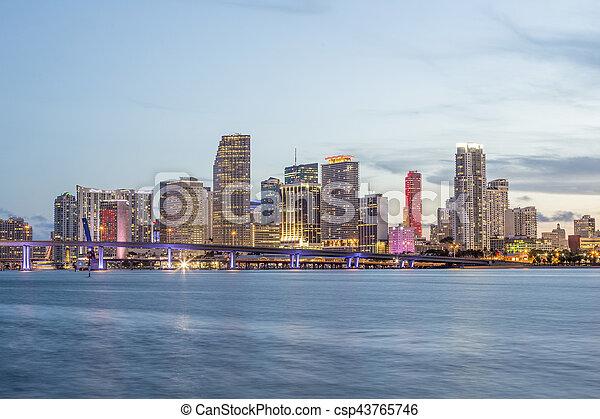 El panorama de la ciudad de Miami al atardecer - csp43765746
