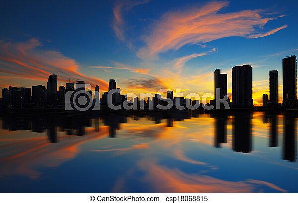 El panorama de la ciudad de Miami al atardecer - csp18068815