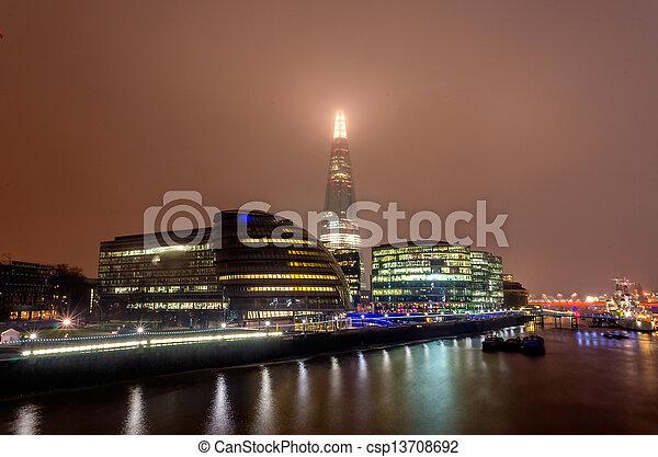El horizonte de Londres por la noche - csp13708692