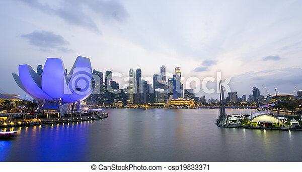 El horizonte nocturno de la ciudad de Singapur - csp19833371