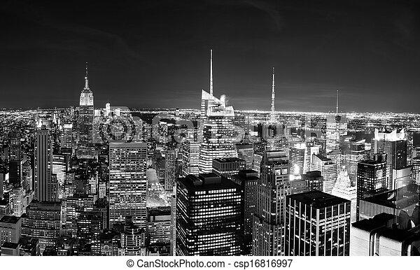 El horizonte de Manhattan de Nueva York por la noche - csp16816997
