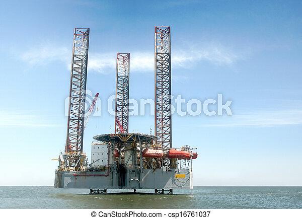 Fuera de la plataforma de perforación de petróleo - csp16761037