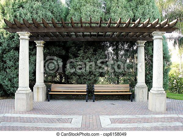 Gartenbank auf einer gartenveranstaltung fotografiert gartenbanke