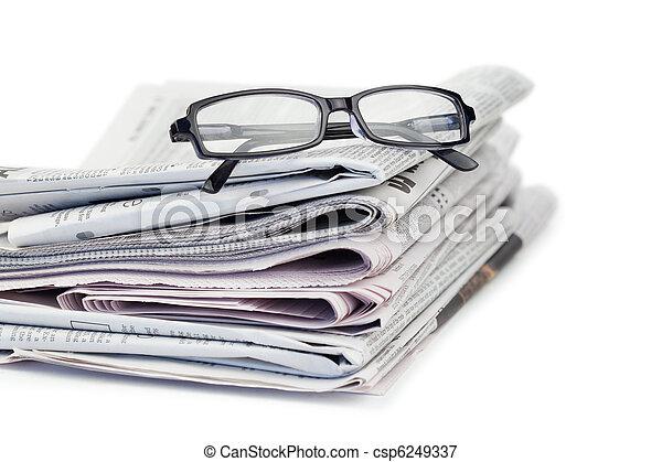 Periódicos y lentes negros - csp6249337