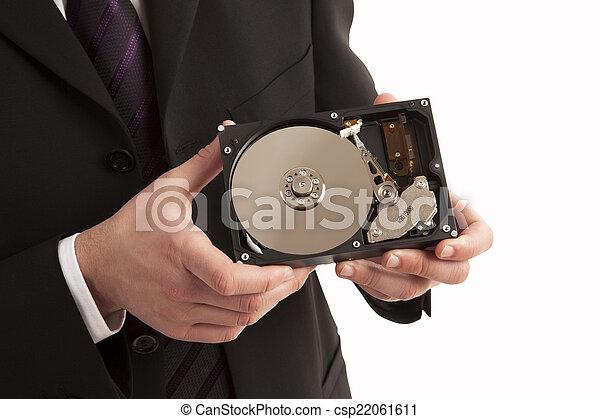 Persona mostrando disco duro - csp22061611