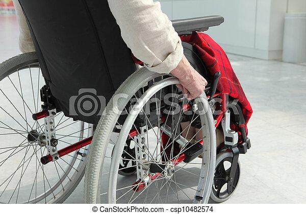 Una persona mayor en silla de ruedas - csp10482574