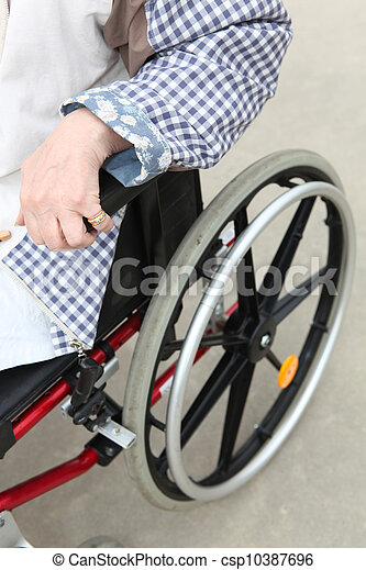 Persona en silla de ruedas - csp10387696