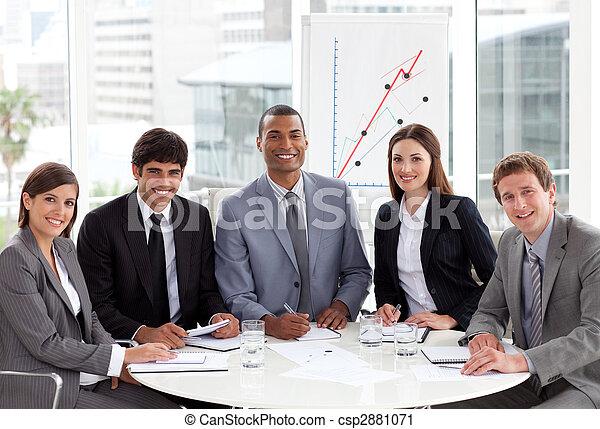 Gente internacional de negocios mulítnicos en una reunión - csp2881071