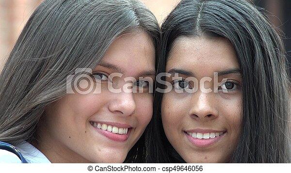 Sonriendo se enfrenta a gente feliz - csp49646056