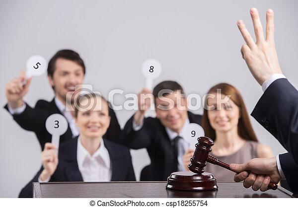 persone, number., quattro, cartelle, tenere mani, giudice, conteggio, martello, innalzamento - csp18255754