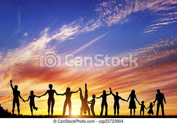 Fröhliche Gruppe verschiedener Menschen, Freunde, Familie, Team zusammen Hand in Hand - csp23723904