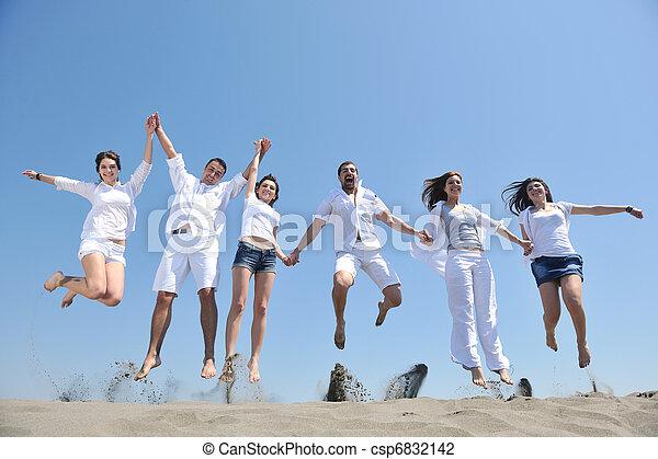 Glückliche Leute haben Spaß und laufen am Strand - csp6832142