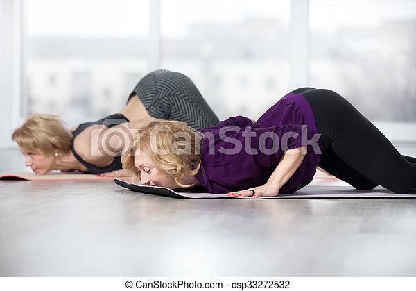 personne agee pose ashtanga namaskara femmes pose