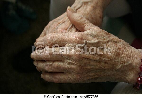 personnes agées, mains - csp8577356