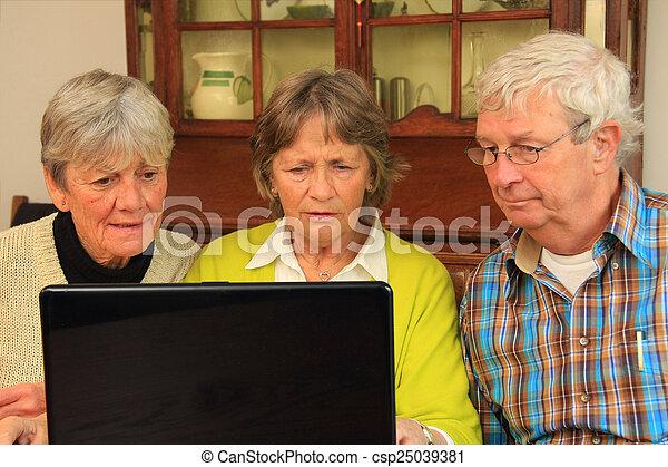 personnes troisième âge, internet - csp25039381