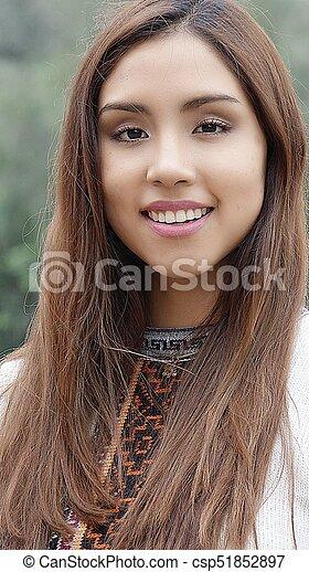 Feliz mujer peruana sonriente - csp51852897
