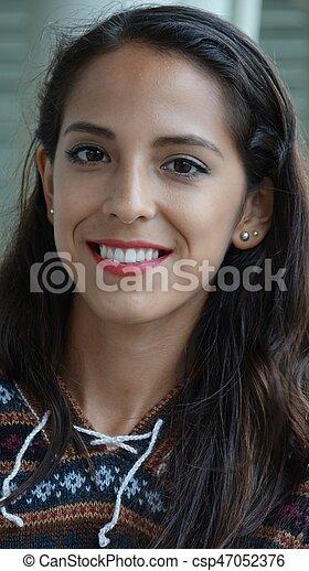 Una mujer peruana sonriente - csp47052376