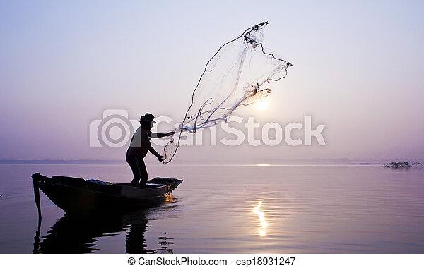 Los pescadores están pescando con una red de reparto. - csp18931247