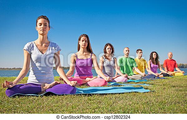 pessoas, jovem, ter, ioga, grupo, class., meditação - csp12802324