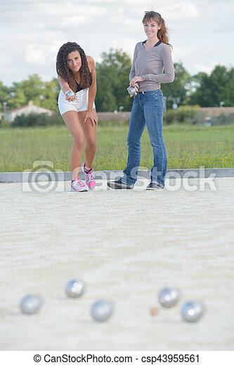 Chicas jugando al petanque - csp43959561