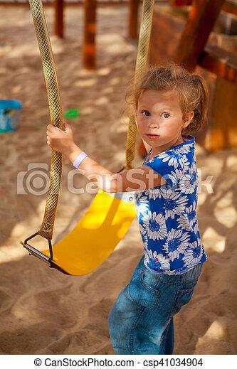 petite fille, balançoire - csp41034904