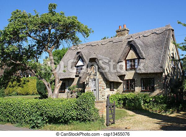 petite maison, couvert chaume - csp13455076